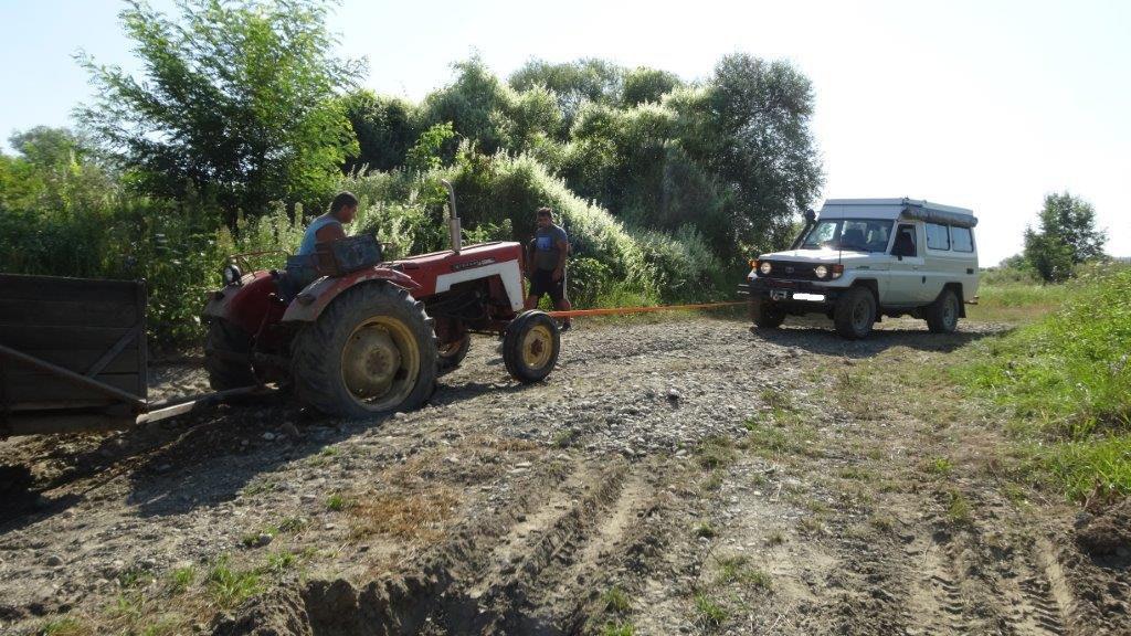 on aide a déplanter un tracteur enlisé!