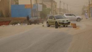 garage de rue dans tempête de poussière Nouakchott.