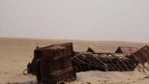carcasse brulée en plein désert..