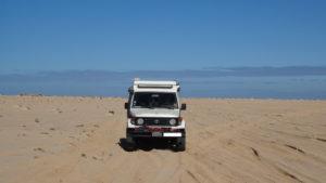on avance vers une plage déserte dans la presqu'île de Dahkla.